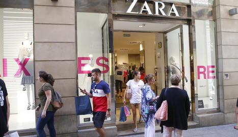 Clients de l'establiment Zara, a l'Eix Comercial, ahir després d'efectuar les compres.