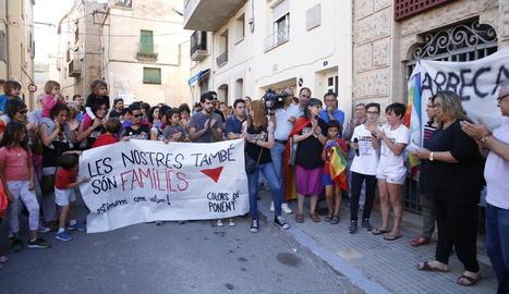 Les joves agredides (a la dreta amb samarretes blanques) ahir, durant la concentració davant l'ajuntament d'Arbeca.