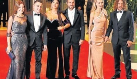 Xavi, Cesc i Puyol, amb les parelles Núria Cunillera, Daniella Semaan i Vanesa Lorenzo, abans de la boda.