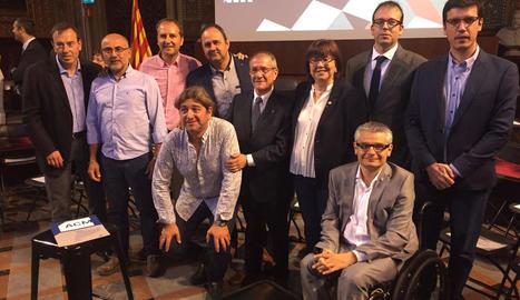 Foto de família d'alcaldes amb el president al capdavant.