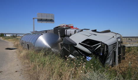El camió, que transportava sucre líquid, va acabar bolcant després de sortir de la via.
