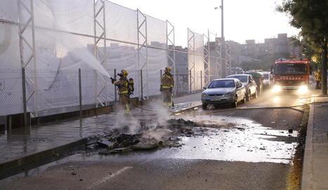 Cremen contenidors al costat del camp de l'Atlètic Segre a Cappont