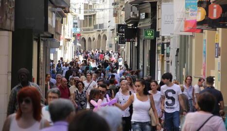 Aspecte que oferia ahir al migdia l'Eix Comercial, amb molta gent passejant i comprant.