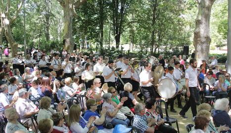 Els Camps Elisis es van omplir de públic per acollir prop de sis-cents músics de bandes.