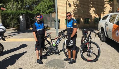Dos membres del cos de la Policia Local de Fraga amb les bicicletes elèctriques.