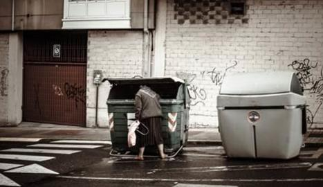 Una persona buscant en un contenidor.