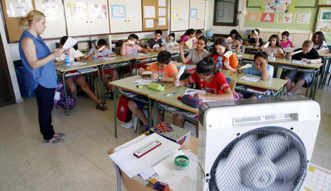 Alumnes del Frederic Godàs combatent la calor aquest juny.