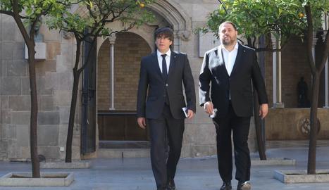 Carles Puigdemont i Oriol Junqueras es dirigeixen a la reunió del Consell Executiu.