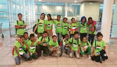 Els infants sahrauís a la seua arribada a l'aeroport del Prat de Barcelona.