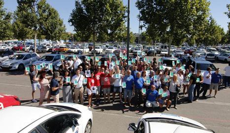 La concentració d'autoescoles aquest dimecres al pàrquing del Camp d'Esports de Lleida.