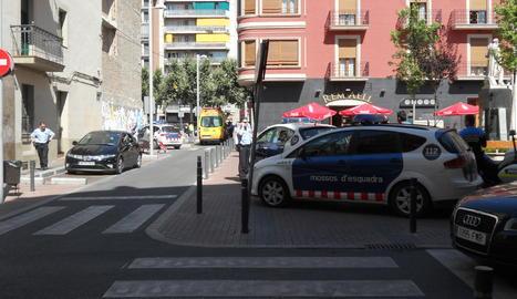Policia a la plaça Noguerola de Lleida en una imatge d'arxiu.