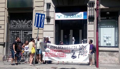 Un moment de la protesta ahir davant d'una ETT.