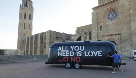 La caravana d''All you need is love... o no', a Lleida