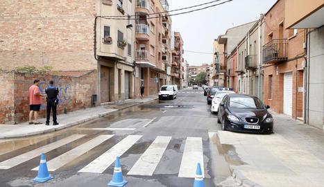 El carrer Anastasi Pinós, tallat ahir al trànsit.