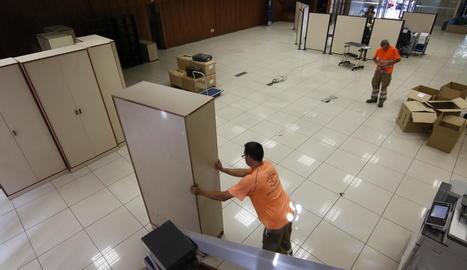 Operaris de Shalom retiraven ahir gran part dels mobles de la planta baixa de l'edifici.