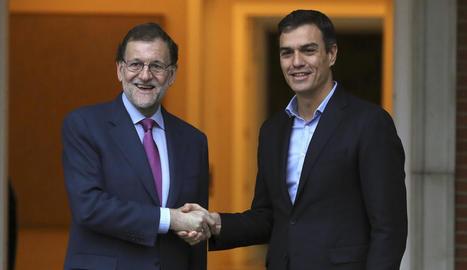 El president del Govern central, Mariano Rajoy, i el secretari general del PSOE, Pedro Sánchez, es van reunir al Palau de la Moncloa.