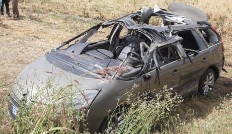 Els Bombers van haver de rescatar una jove de l'interior d'aquest vehicle a la Fuliola.