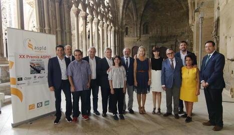 Foto de grup amb tots els premiats, les directives d'Aspid, polítics de Lleida i la consellera de la Presidència, Neus Munté.