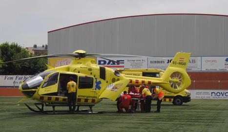 Tècnics del SEM introdueixen a l'helicòpter el petit per ser traslladat a l'hospital de Sant Pau de Barcelona.