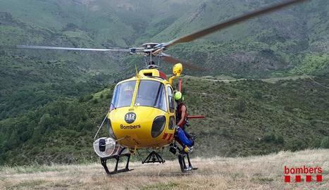 Moment en què el ferit és introduït a l'helicòpter.