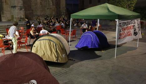 El Casal Popular de Joves va iniciar ahir una acampada a la plaça Sant Llorenç.
