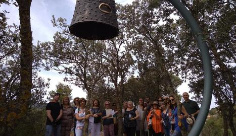 Els alumnes, a la foto amb Balasch i l'artista Gregorio Iglesias, van visitar la nova peça de la Vinya.