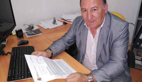 L'alcalde d'Isona i Conca Dellà, Constante Aranda, amb la carta del Govern central.