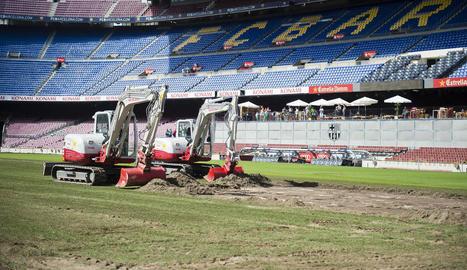 Els treballs de renovació de la gespa del Camp Nou.
