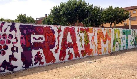 Joves pinten un mural a Raimat