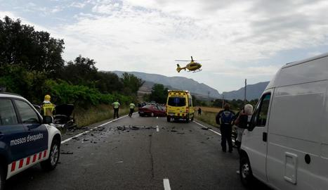 Agents dels Mossos d'Esquadra, ahir, en l'accident en el qual un motorista va perdre la vida pel xoc amb un cotxe.