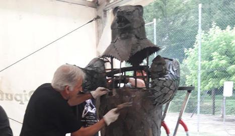 L'escultura de l'ós, a mida real, que van crear els forjadors.
