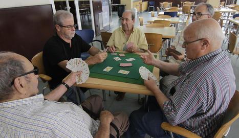 Un grup de jubilats lleidatans jugant a cartes en una llar de Cappont.
