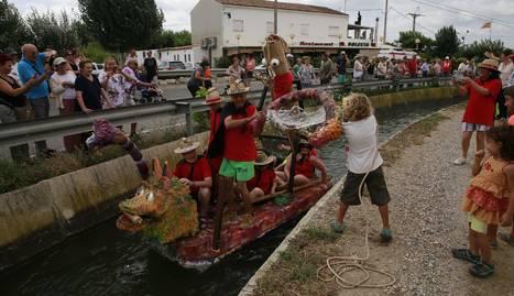 El públic va aprofitar el pas de barques per tirar-los aigua.