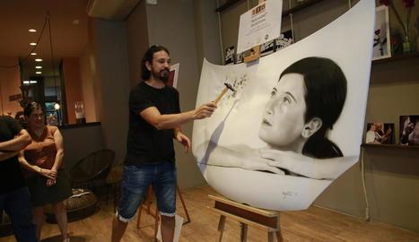 David Gatta exhibeix a la sala ENE l'obra 'Adversitat', aerògraf sobre capó de cotxe i amb martellades.