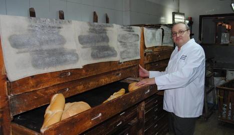 El responsable actual de la fleca, Pere Boleda, ahir a l'obrador de la botiga a Barbens.