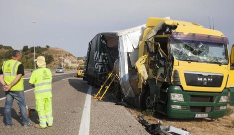 Imatge d'un dels camions implicats en el xoc, que transportava bobines de paper.