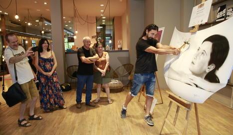 David Gatta exhibeix a Lleida el seu art aerogràfic en capós d'automòbil