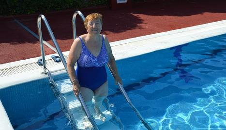 Imatge de la nova escala instal·lada a la piscina de Rosselló.