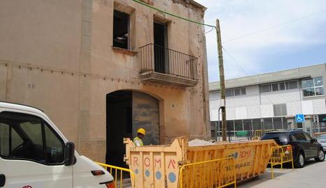 Els operaris van iniciar ahir els treballs de demolició dels dos immobles contigus a l'escola.