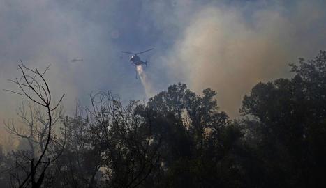 Moment en què l'helicòpter bombarder descarregava aigua sobre el foc.