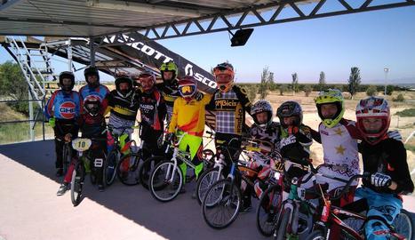 Un grup de corredors de categories menors de 16 anys al Circuit de Vila-sana.