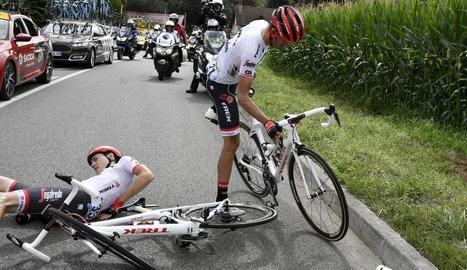 Alberto Contador torna a la bicicleta després de caure al costat del seu company Michael Gogl.
