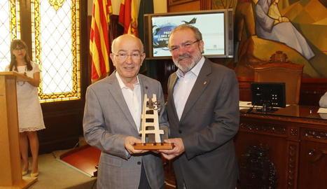 El president de la Diputació, Joan Reñé, entrega el premi a Lluís Pagès.