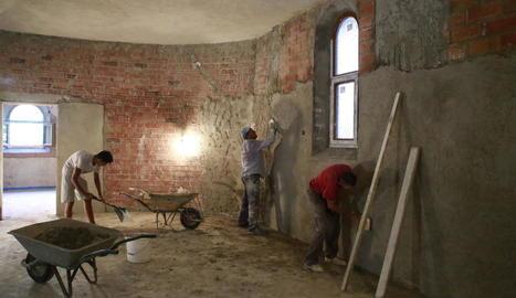 Els operaris van cobrir ahir les parets del temple de passeig de Ronda.
