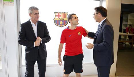 Ernesto Valverde conversa amb Josep Maria Bartomeu abans de l'entrenament d'ahir.