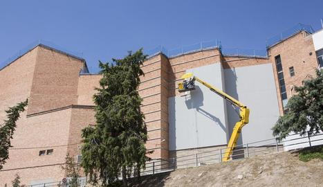 Els plafons aïllants que s'instal·len a la façana que dóna al Camí dels Pagesos de Cervera.
