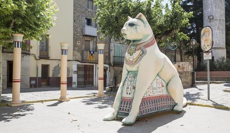 Un gat egipci de tres metres presideix la plaça Capdevila.