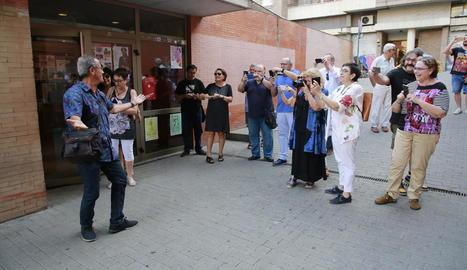 Públic i responsables de la revista 'Plec' van retratar el fotògraf de SEGRE a l'arribar al Cafè del Teatre.