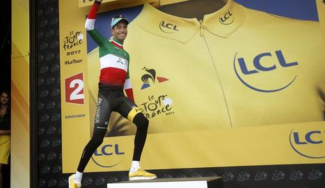 El ciclista italià Fabio Aru, de l'Astana, abans de posar-se el mallot groc que ahir va prendre a Froome.