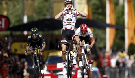 Barguil celebra la victòria d'etapa amb Quintana i Contador esprintant al fons.